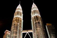 Kuala Lumpur, Malasia, diciembre 19,2013: Torres del kilolitro Petronas en el nig Fotos de archivo libres de regalías