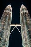 Kuala Lumpur, Malasia, diciembre 19,2013: Torres del kilolitro Petronas en el nig Foto de archivo libre de regalías