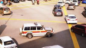 Kuala Lumpur, Malasia, el 28 de junio de 2018 Top de la visión un coche policía con sus luces en cruces en la calle muy transitad imágenes de archivo libres de regalías