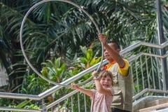 Kuala Lumpur Malasia - mars 02, 2015: Instruktören, besökare och Arkivfoto