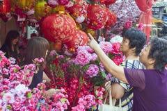 """KUALA LUMPUR-, MALAYSIA-†""""am 23. Januar 2011 Laternen und Blumen für das chinesische neue Jahr Lizenzfreie Stockbilder"""