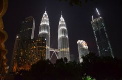 Kuala Lumpur, Malaysia - 22. April 2017: Nachtansicht der belichteten Petronas-Twin Tower in Kuala Lumpur, Malaysia lizenzfreie stockfotografie