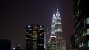 KUALA LUMPUR MALAYSIA - APRIL 13: Petronas tvillingbröder och stad på nattplatsen Fotografering för Bildbyråer