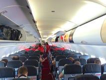 KUALA LUMPUR MALAYSIA - APRIL 4th 2015: inre av kabinen för den AirAsia flygbussen A320-200, AirAsia Berhad är en malaysisk low c Arkivbilder