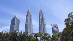KUALA LUMPUR MALAYSIA - APRIL 12th 2015: landskapskottet av Petronasen står högt, också, bekant som Menara Petronas är Fotografering för Bildbyråer