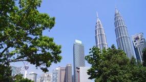 KUALA LUMPUR MALAYSIA - APRIL 12th 2015: landskapskottet av Petronasen står högt, också, bekant som Menara Petronas är Arkivfoton
