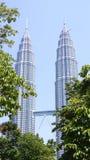 KUALA LUMPUR MALAYSIA - APRIL 12th 2015: landskapskottet av Petronasen står högt, också, bekant som Menara Petronas är Royaltyfri Foto