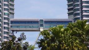 KUALA LUMPUR MALAYSIA - APRIL 12th 2015: struktur av skybridge som lokaliseras på det 41. golvet, som är 170 metrar ovanför gatan Royaltyfri Bild