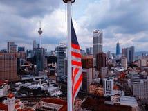 Kuala Lumpur Malaysia - December 28, 2017: Flyg- sikt av flaggan för Malaysia ` s med Kuala Lumpur City horisontbakgrund fotografering för bildbyråer