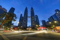 KUALA LUMPUR, MALAYSIA - 12. Dezember 2017: Die Petronas-Twin Tower in Kuala Lumpur nachts leuchteten für das Weihnachten Lizenzfreie Stockbilder