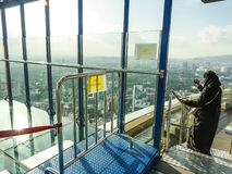 KUALA LUMPUR/MALAYSIA - 2019: Eindrucksvolle Stadtvogelperspektive von transparentem Glasbalkon Skybox in Turm Menara Kiloliter,  lizenzfreies stockbild