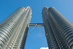 KUALA LUMPUR, MALAYSIA - 29. FEBRUAR: Ansicht von unten von Petronas TW Lizenzfreie Stockfotos