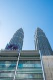 KUALA LUMPUR, MALAYSIA - 29. FEBRUAR: Ansicht von unten von Petronas TW Stockbilder