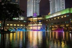 KUALA LUMPUR, MALAYSIA - 29. FEBRUAR: Bunter Regenbogenbrunnen Lizenzfreies Stockfoto