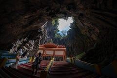 Kuala Lumpur Malaysia - Februari 24, 2019: Batu grottor som ser upp från den huvudsakliga grottan royaltyfri bild