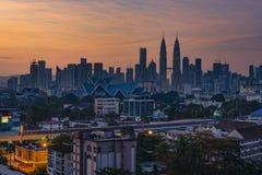 Kuala Lumpur MALAYSIA - Februari 15, 2018: Härlig soluppgångsikt av Kuala Lumpur Skyline från norden av Kuala Lumpur City Cent Royaltyfri Foto