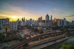 Kuala Lumpur MALAYSIA - Februari 25, 2018: Kuala Lumpur stadshorisont på soluppgång Arkivfoto
