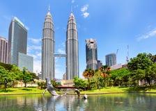 KUALA LUMPUR MALAYSIA - Ferbruary 5: Petronas står högt på Februari Royaltyfri Bild