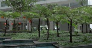 In Kuala Lumpur, in Malaysia gesehen Gebäude und ungewöhnlicher Brunnen stock footage