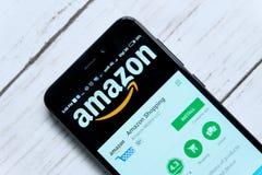 KUALA LUMPUR, MALAYSIA - 28. JANUAR 2018: Amazonas-APP-Anzeige auf androidem Spiel-Speicher Amazonas wurde von Jeff Bezos gegründ stockfotografie