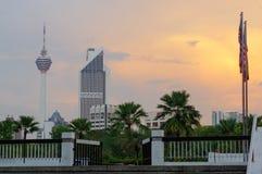 KUALA LUMPUR, MALAYSIA - JANUAR 16,2016: Schöner drastischer Sonnenuntergang über Hauptstadtskylinen und die Kiloliter ragen hoch Lizenzfreie Stockfotografie
