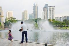 KUALA LUMPUR MALAYSIA - JANUARI 10, 2017: Springbrunnarna av Petronasen står högt, de berömda skyskraporna i Kuala Lumpur, Malays Arkivfoton