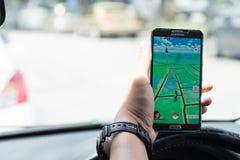 KUALA LUMPUR MALAYSIA, JULI 24, 2016: En Android användare spelar Pok Royaltyfria Foton
