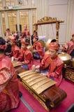 KUALA LUMPUR MALAYSIA 12 JULI 2017: Grupp av malaysiskt med den utförande Gamelan för songket orkesteren och instrumentet för mod Royaltyfria Bilder