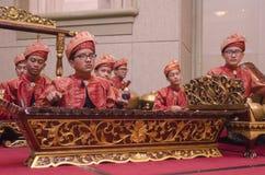 KUALA LUMPUR MALAYSIA 12 JULI 2017: Grupp av malaysiskt med den utförande Gamelan för songket orkesteren och instrumentet för mod Royaltyfri Bild