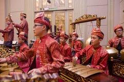 KUALA LUMPUR, MALAYSIA AM 12. JULI 2017: Gruppe von malaysischem mit songket Ausführungsgamelan-Orchester und Instrument der mode Stockfotografie