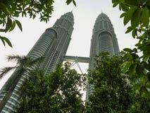 KUALA LUMPUR/MALAYSIA - 2019: mäktig sikt av den Petronas tvillingbröder och bron, i att dyka upp för Kuala Lumpur centrum arkivfoton