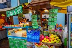 Kuala Lumpur, Malaysia - 9. März 2017: Unnown-Verkäufer im frischen Saft und Obstmarkt stehen im Stadtzentrum stockfoto