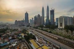 KUALA LUMPUR, MALAYSIA 2. MAI 2016: die KLCC-Gebäudeansichten von einer Wohnung Stockfotografie