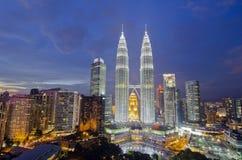 KUALA LUMPUR MALAYSIA - MAJ 19: Petronas tvillingbröder på twiligh Arkivfoto