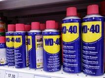 KUALA LUMPUR MALAYSIA - MAJ 20, 2017: Produkt WD-40 på en supermarketgång royaltyfria foton