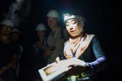 Kuala Lumpur Malaysia - mars 13, 2018: En handbok förklarar den mörka grottan till turister på Batu grottor i Kuala Lumpur Arkivbild