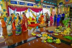 Kuala Lumpur Malaysia - mars 9, 2017: Oidentifierat folk i en traditionell hinduisk bröllopberöm Hinduism är Royaltyfri Fotografi