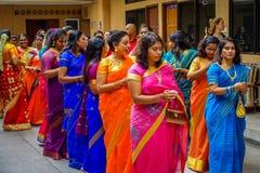 Kuala Lumpur Malaysia - mars 9, 2017: Oidentifierat folk i en traditionell hinduisk bröllopberöm Hinduism är arkivfoto