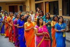 Kuala Lumpur Malaysia - mars 9, 2017: Oidentifierat folk i en traditionell hinduisk bröllopberöm Hinduism är Royaltyfria Foton