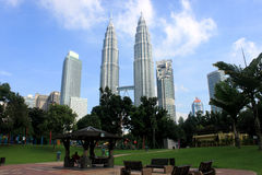 KUALA LUMPUR MALAYSIA - mars 20 2017: Petronas tvillingbröder på mars 20 2017 i Kuala Lumpur, Malaysia Fotografering för Bildbyråer
