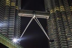 KUALA LUMPUR MALAYSIA - MARS 11 2014 Petronas tvillingbröder på natten på mars 11, 2014 i Kuala Lumpur Arkivbilder