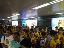 KUALA LUMPUR MALAYSIA - 19 NOVEMBER 216: Tusentals Bersih 5 personer som protesterar på tunnelbanastationen för KLCC LRT Arkivbilder