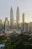 KUALA LUMPUR MALAYSIA - OCT19: Petronas tvillingbröder på skymning på Oktober 19, 2015 i Kuala Lumpur Arkivbilder