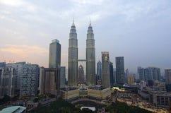 KUALA LUMPUR MALAYSIA - SEPTEMBER 28: Sikt av den tvilling- Petronasen Arkivfoton