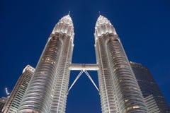 KUALA LUMPUR MALAYSIA - SEPTEMBER 03, 2016: Tvillingbröder på natthimmel Royaltyfri Fotografi