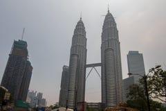 KUALA LUMPUR MALAYSIA - tjock ogenomskinlighet för MARS 4 över Petronas tvilling- T Royaltyfri Fotografi