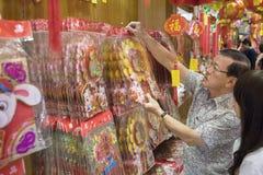 """KUALA LUMPUR, MALEISIË â€ """"23 Januari, de papier-besnoeiingen van 2011 voor het Chinese nieuwe Jaar Stock Foto"""