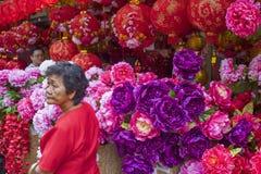 "KUALA LUMPUR, MALEISIË â€ ""23 Januari, 2011 Lantaarns en bloemen voor het Chinese nieuwe Jaar Stock Foto's"