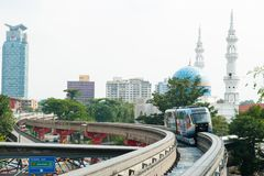 Kuala Lumpur, Maleisië - Augustus 22, 2013: De monorailtrein komt bij een station in Kuala Lumpur, Maleisië aan Kuala Lumpur Royalty-vrije Stock Afbeelding