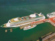 Kuala Lumpur, Maleisië - Augustus 12, 2018: Luchtmening van het einde van het cruiseschip bij de haven van Penang ` s vóór rubrie Royalty-vrije Stock Foto's